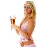 Blonde y cerveza atractive jovenes Imagen de archivo