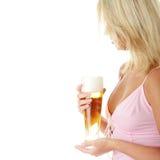 Blonde y cerveza atractive jovenes Fotos de archivo
