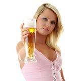 Blonde y cerveza atractive jovenes Imágenes de archivo libres de regalías