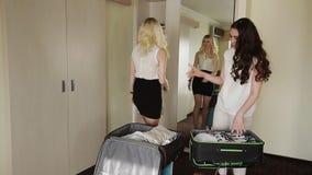 Blonde y morenita que roban cosas en una maleta almacen de video