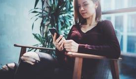 Blonde yound Frau, die modernen Handy in den Händen hält Mädchen, das Finger auf mobilem Schirm der leeren Note auf sonniges zeig Lizenzfreies Stockfoto