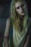 Blonde Zombiefrau auf dunklem Hintergrund Lizenzfreie Stockfotos