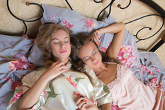 Blonde zusters of sexy meisjesvrienden die pret hebben Royalty-vrije Stock Foto's