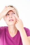 Blonde zutreffende Kontaktlinse Lizenzfreie Stockfotografie