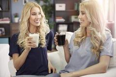 Blonde Zwillinge zu Hause Stockfotos