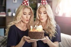 Blonde Zwillinge zu Hause Lizenzfreie Stockbilder