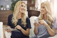 Blonde Zwillinge zu Hause Stockfoto
