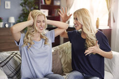 Blonde Zwillinge zu Hause Lizenzfreies Stockbild