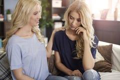 Blonde Zwillinge zu Hause Lizenzfreie Stockfotos
