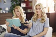 Blonde Zwillinge zu Hause Stockbild