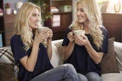 Blonde Zwillinge zu Hause Lizenzfreie Stockfotografie