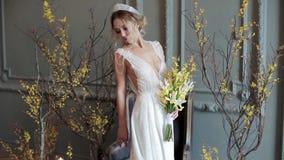 Blondebruid in kleding van het manier de witte huwelijk met make-up stock footage
