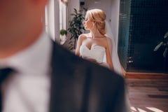 Blondebruid met haar bruidegom stock afbeelding