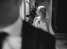 Blondebruid met haar bruidegom royalty-vrije stock afbeelding
