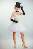 Blondebruid in tophat met sluier en lange zwarte handschoenen Stock Foto's