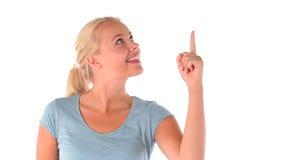 Blondehaired kvinna som pekar hennes finger arkivfilmer