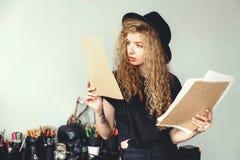 Blondekunstenaar in Zwarte Hoed met Schets royalty-vrije stock fotografie