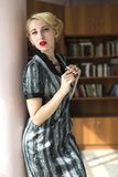 Blondemeisje in bibliotheek Royalty-vrije Stock Afbeeldingen