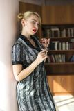 Blondemeisje in bibliotheek Royalty-vrije Stock Fotografie
