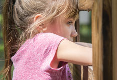 Blondemeisje die uit kijken stock afbeelding