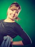 Blondemeisje die van haar werk genieten Stock Foto