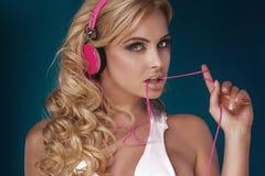 Blondemeisje het luisteren muziek Stock Foto's