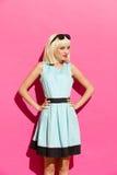 Blondemeisje in lichtblauwe kleding Royalty-vrije Stock Afbeeldingen