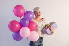Blondemeisje met giften en ballons voor de verjaardag Royalty-vrije Stock Afbeelding
