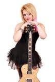 Blondemeisje met het elektrische gitaar stellen stock foto