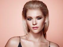 Blondemeisje met lang en glanzend haar royalty-vrije stock foto's