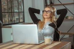 Blondemeisje met laptop Royalty-vrije Stock Afbeelding