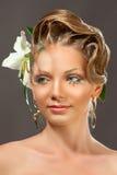 Blondemeisje met make-up en mooi haar op grijze achtergrond Royalty-vrije Stock Fotografie