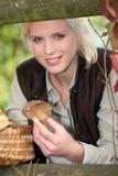 Blondemeisje met paddestoelen Royalty-vrije Stock Afbeelding