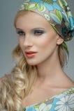 Blondemeisje met sjaal op hoofd stock afbeelding
