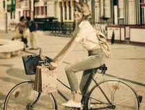 Blondemeisje op fiets in het winkelen tijd royalty-vrije stock foto's