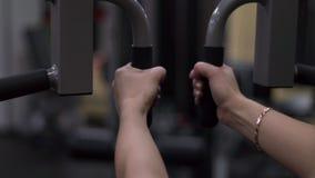 Blondemeisje opleiding bij de gymnastiek Vrouw belast met geschiktheid stock footage