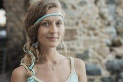Blondemeisje tegen achtergrond van steenmuur royalty-vrije stock afbeeldingen