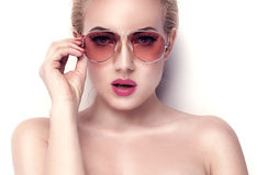Blondemeisje topless stellen Stock Afbeeldingen