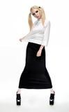 Blondemodel in een zwarte rok en een witte blouse stock fotografie
