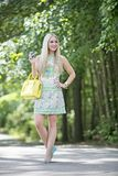 Blondemodel in park Royalty-vrije Stock Fotografie