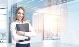 Blondeonderneemster in een futuristisch bureau Stock Afbeeldingen