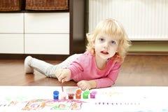 Blonder Anstrich des kleinen Mädchens Lizenzfreies Stockfoto