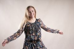 Blonder Artgenuß der glücklichen Frauenkleidertanzenstudioart Stockfoto