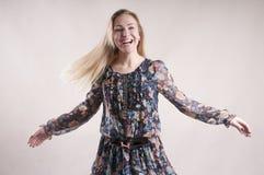 Blonder Artgenuß der glücklichen Frauenkleidertanzenstudiosiegerart Lizenzfreie Stockfotos