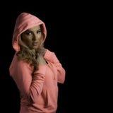 Blonder athletischer Mädchen-Rosa-Hoodie lokalisierter schwarzer Hintergrund Lizenzfreies Stockbild