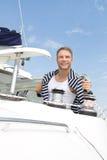 Blonder attraktiver junger Mann auf Segelboot. Lizenzfreie Stockfotos