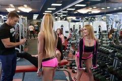 Blonder Aufstellungstrainer während des Trainings mit Dummköpfen Lizenzfreies Stockbild