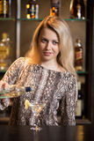 Blonder Barmixer, der Cocktail macht Lizenzfreie Stockfotos