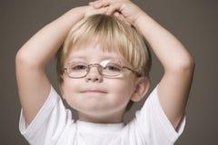 Blonder behaarter Junge in den Gläsern Stockbilder