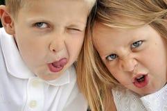 Blonder behaarter kleiner Junge und Mädchen, die dumm ist Lizenzfreies Stockbild
